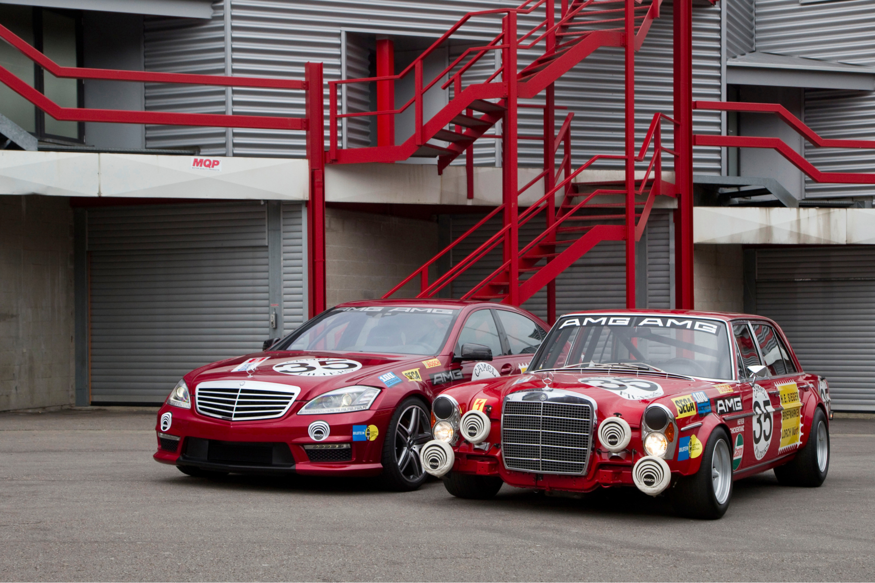 """AMG 300 SEL 6.8 racing touring car based on the Mercedes-Benz 300 SEL 6.3 (W 109) luxury saloon, detailed reconstruction from 2006 (right), and Mercedes-Benz S 63 AMG """"Thirty-Five"""" (W 221, left) with a decal based on the racing touring car of 1971. Photo from 2010."""