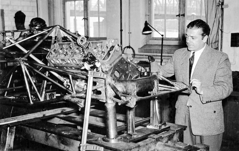 Rudolf Uhlenhaut next to the roll cage of a Mercedes-Benz 300 SL racing sports car (W 194). The frame was in a pivoting welding device of the Mercedes-Benz testing department in Untertürkheim.