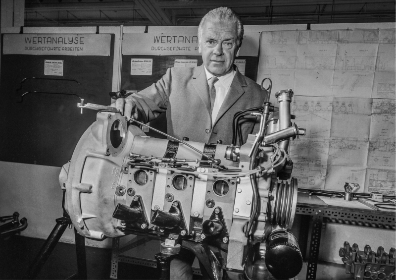 Mercedes-Benz car development director Rudolf Uhlenhaut with the M 950 F three-rotor Wankel engine, which was used in the Mercedes-Benz C 111 experimental vehicle in 1969.
